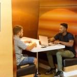 Séance de travail pour 2 collaborateurs dans un espace confiné de bureaux domiciliés à Lyon