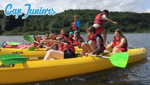 Un groupe d'enfants jouent sur des canoës kayaks en rivière