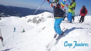 Un jeune skieur franchissant une petite bosse
