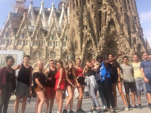 Un groupe de jeunes devant la basilique Sagrada Familia de Gaudi à Barcelone, en Espagne