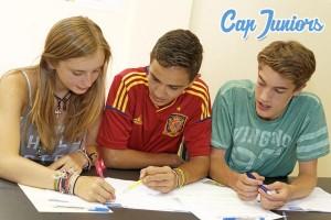 3 étudiants travaillent ensemble